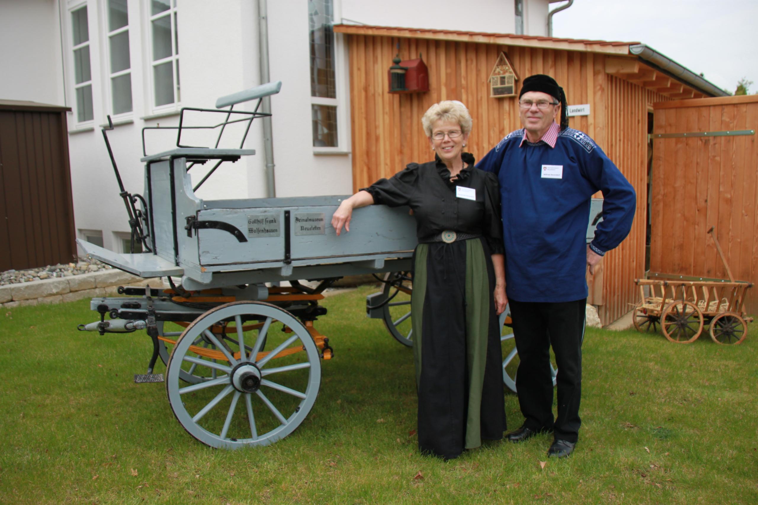 Bild von Margarete und Wilfried Neuendorf vor dem Heimatmuseum Neustetten