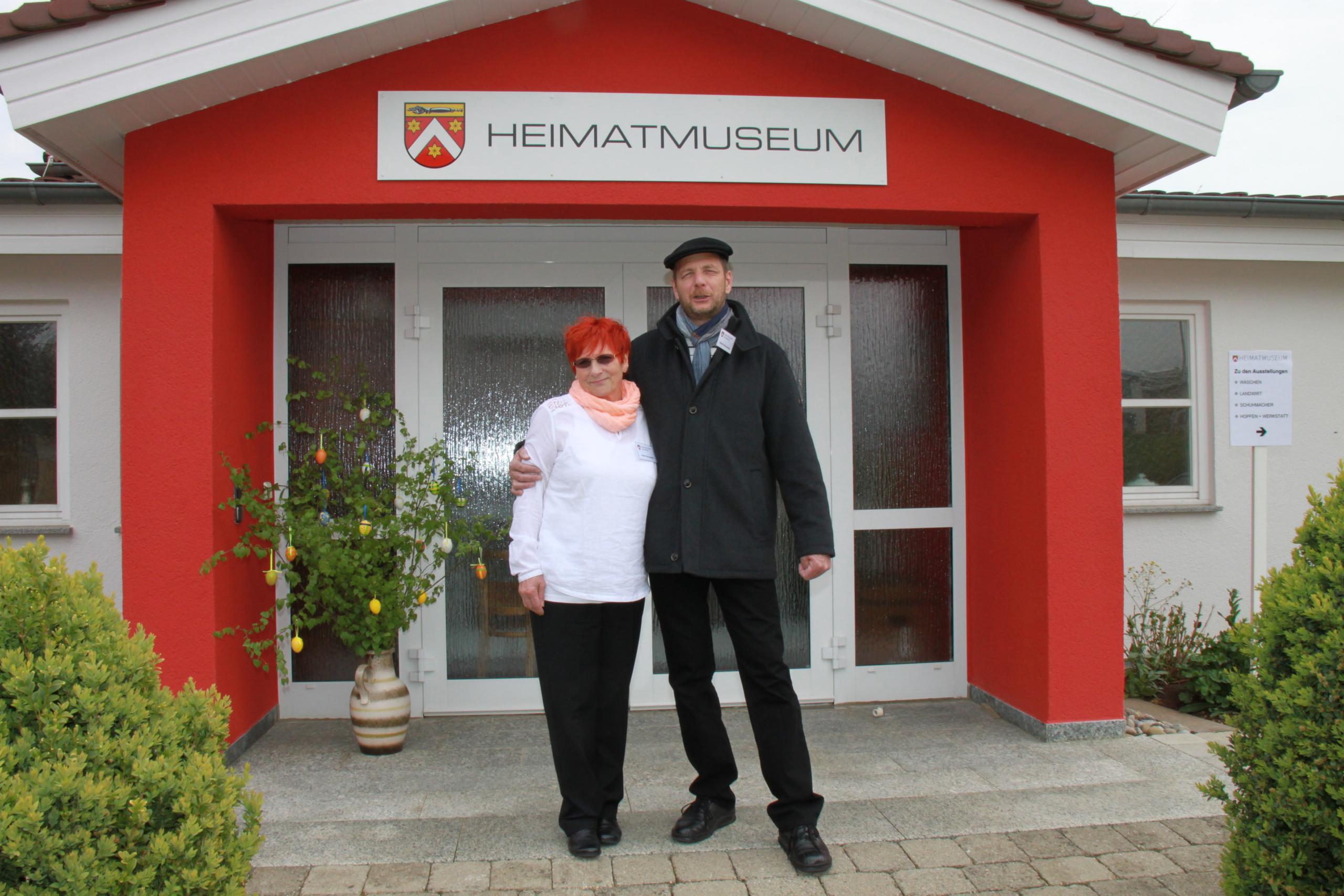 Bild von Luise und Gianni Perruzetto vor dem Heimatmuseum Neustetten